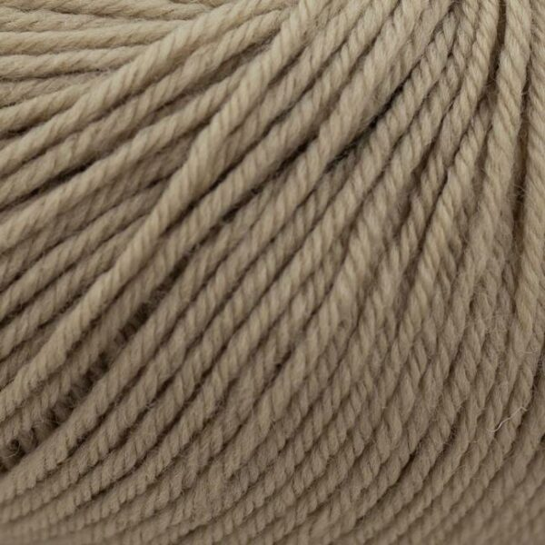 Zoom on a ball of Kremke Soul Wool's Bébé Soft Wash in the Sable colorway (sand)