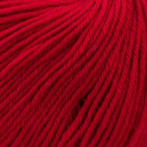 Gros plan sur la laine d'une pelote de Bébé Soft Wash de Kremke Soul Wool, coloris Rouge Cerise