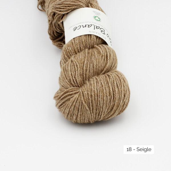 Gros plan sur un écheveau de Bio Balance de BC Garn coloris Seigle (brun clair)