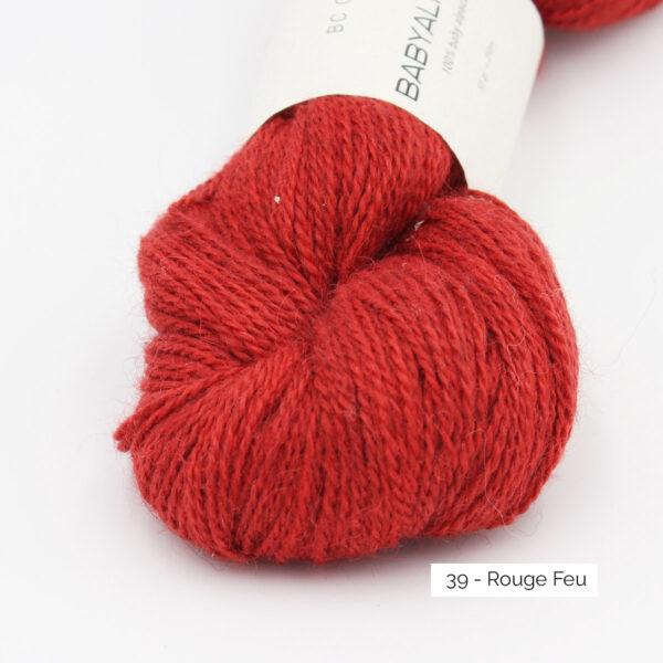 Gros plan sur un écheveau de Baby Alpaca de BC Garn, coloris Rouge Feu