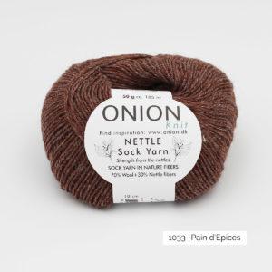 Une pelote de Nettle Sock Yarn d'Onion coloris Pain d'épices