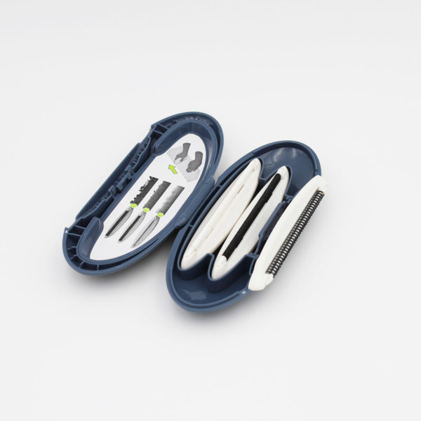 Présentation d'un mini rasoir à bouloches Gleener on the Go, ouvert, avec compartiments de rangement des têtes de rasage et mode d'emploi