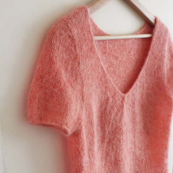Zoom on the V-neck of a Red Blush top designed by Julie Partie