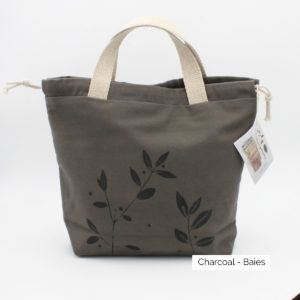 Présentation d'un sac à projet Kaliko, coloris Charcola et imprimé Baies