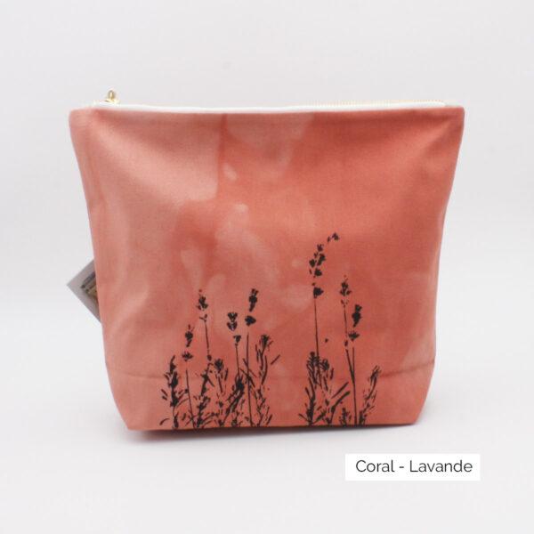Présentation d'un pochon (trousse) à projets Kaliko, coloris Coral et imprimé Lavande
