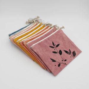 Présentation de plusieurs pochettes en coton bio teint avec des plantes et imprimé d'un motif végétal de la marque Kaliko