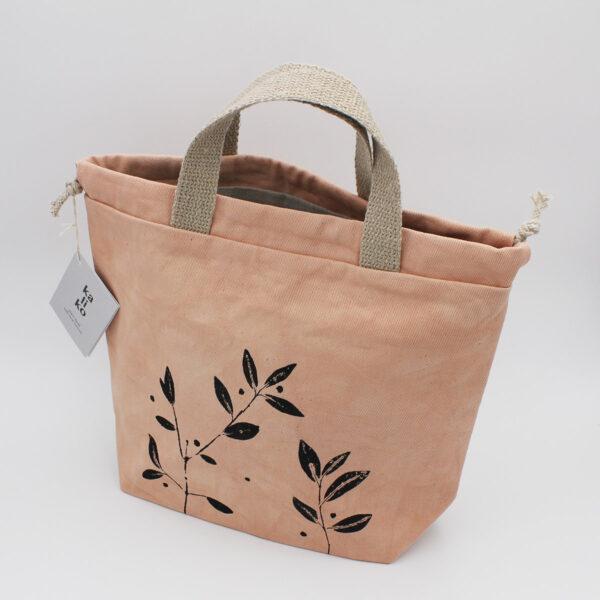 Présentation d'un sac à projet de la marque Kaliko, fabriqué artisanalement, teint avec de l'avocat et avec un imprimé végétal