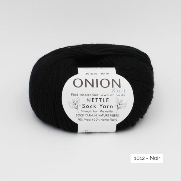 Une pelote de Nettle Sock Yarn d'Onion coloris Noir