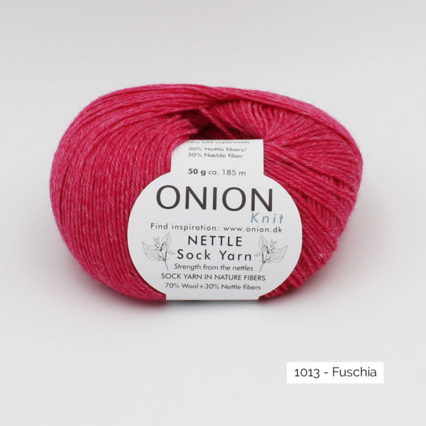 Une pelote de Nettle Sock Yarn d'Onion coloris Fuschia