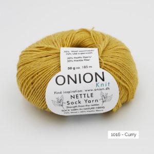 Une pelote de Nettle Sock Yarn d'Onion coloris Curry