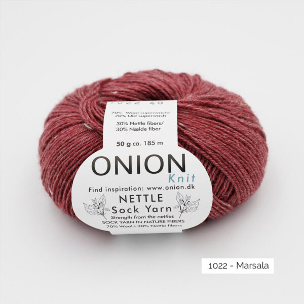 Une pelote de Nettle Sock Yarn d'Onion coloris Marsala