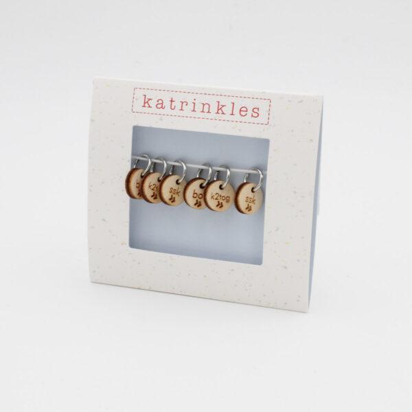 Présentation d'un set d'anneaux marqueurs avec pendant en bois gravé Katrinkles