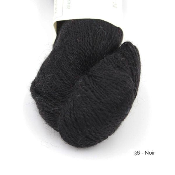 Gros plan sur un écheveau de Baby Alpaca de BC Garn, coloris Noir