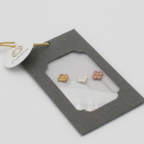 Présentation du coffret de 3 longues épingles de couture Cohana à tête en forme de fleur en métal coloris or, argent et cuivre