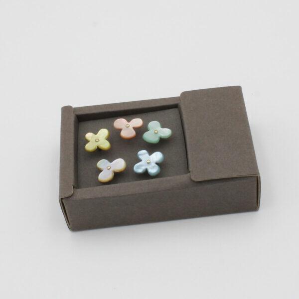Assortiment de 5 petites épingles à tête en forme de fleur faite de nacre, de couleurs différentes, de la marque Cohana