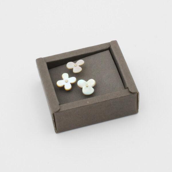 Coffret de 3 petites épingles à tête en forme de fleur faite de nacre blanche de la marque Cohana