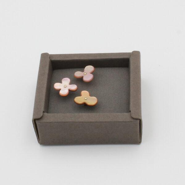 Coffret de 3 petites épingles à tête en forme de fleur faite de nacre teinte de rose de la marque Cohana