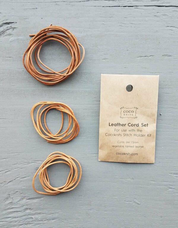 Présentation d'un set de lacets en cuir pour kit de mise en attente des mailles de Cocoknits