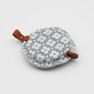 Mètre ruban avec habillage en cuir gris fleuri blanc de la marque Cohana