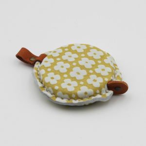 Mètre ruban avec habillage en cuir jaune fleuri blanc de la marque Cohana