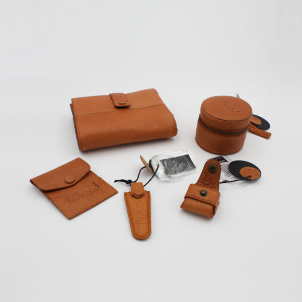 Display of 4 accessories of the Muud brand, made of fine leather, in the whisky colorway