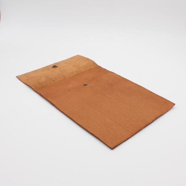 Display of the Oslo leather pouch by Muud, in the whisky colorway