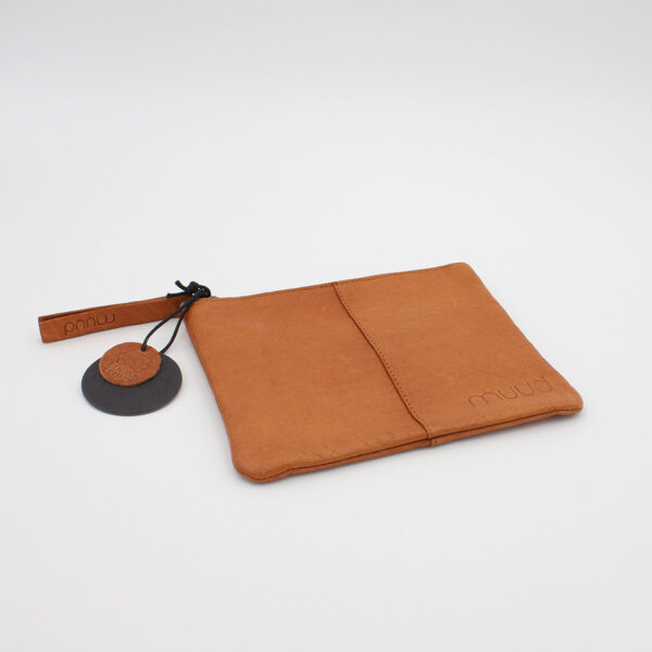 Display of the Wind leather pouch by Muud, in the whisky colorway