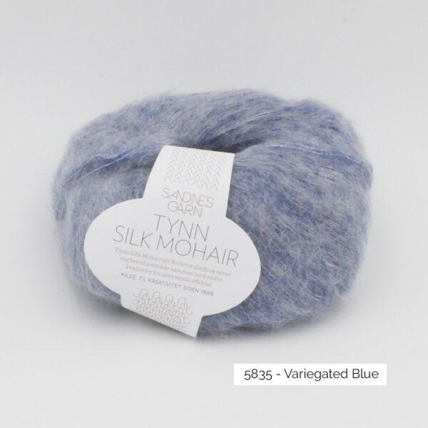 Pelote de Tynn Silk Mohair Sandnes Garn coloris Variegated Blue sur fond blanc