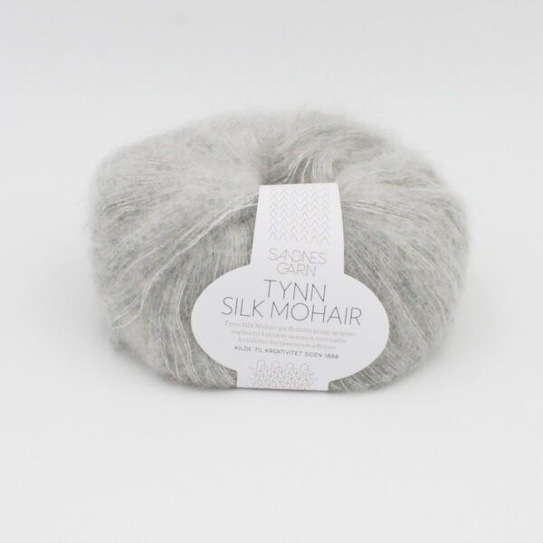 Pelote de Tynn Silk Mohair Sandnes Garn coloris Light Grey sur fond blanc