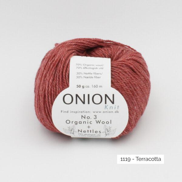 Une pelote d'Organic Wool + Nettles n°3 d'Onion coloris Terracotta