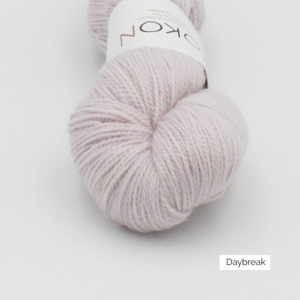 Zoom on a skein of Kokon's Merino Fingering in the Day Break colorway