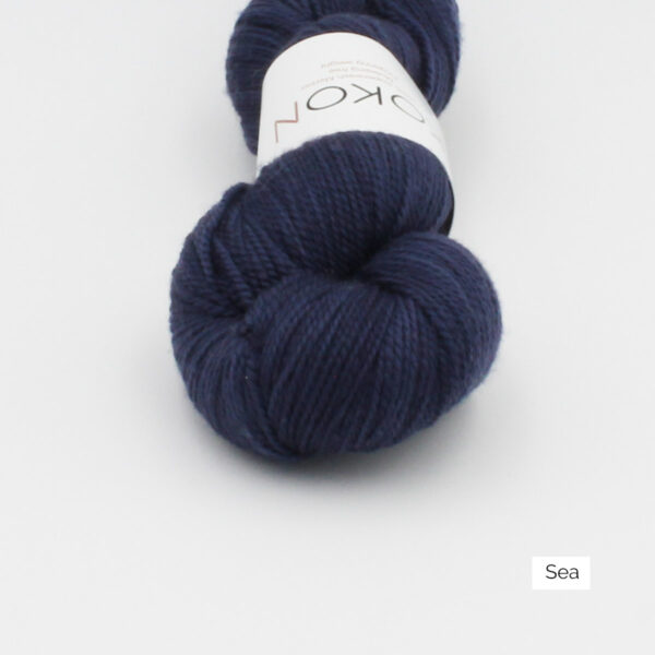 Zoom on a skein of Kokon's Merino Fingering in the Sea colorway