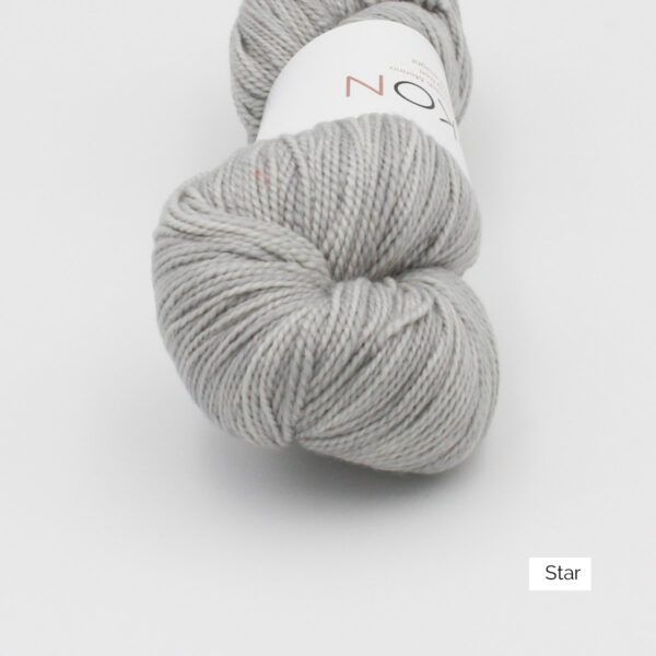 Zoom on a skein of Kokon's Merino Fingering in the Star colorway