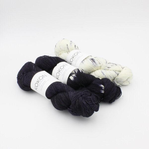 Trois écheveaux de Kokon Bleu Fingering Weight, semi-solide, tie dye et speckled, côte à côte