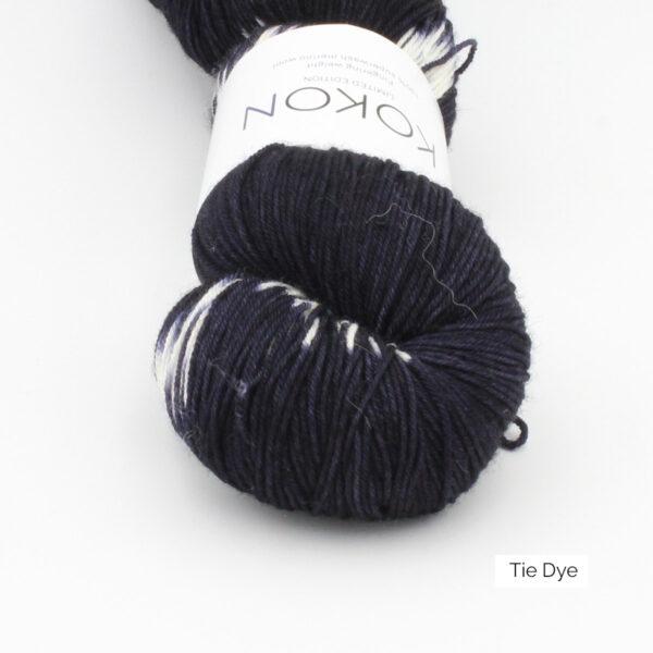 Gros plan sur un écheveau de Kokon Bleu Fingering Weight, dans sa variante Tie Dye