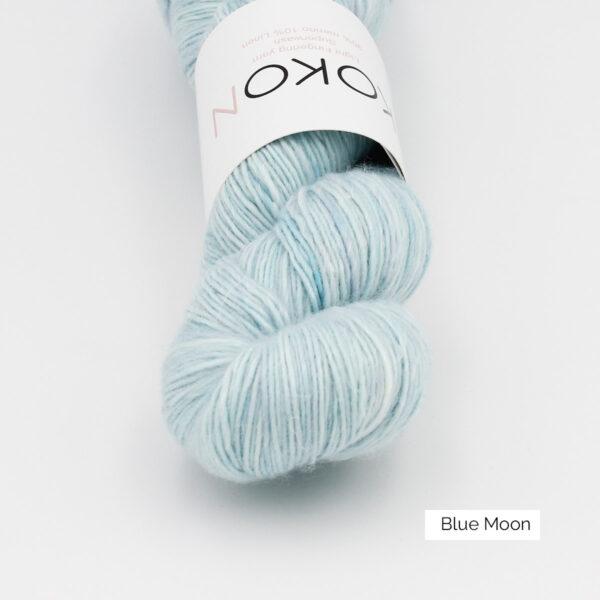 Gros plan sur un écheveau de Kokon Merino Linen coloris Blue Moon (bleu ciel)