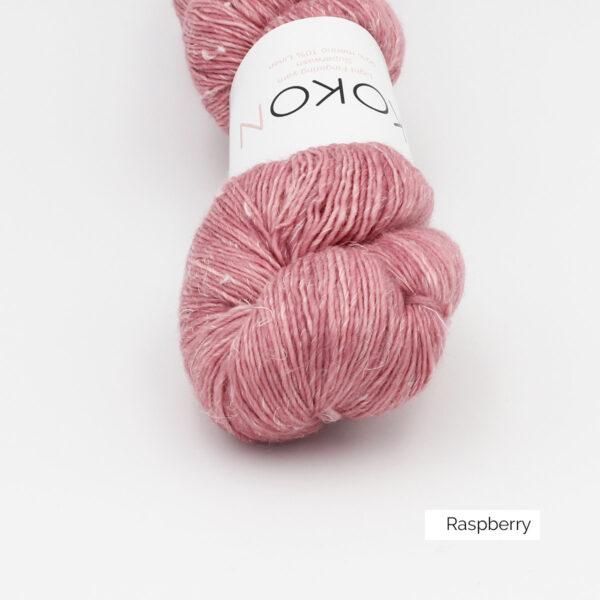 Gros plan sur un écheveau de Kokon Merino Linen coloris Rapsberry (framboise clair)