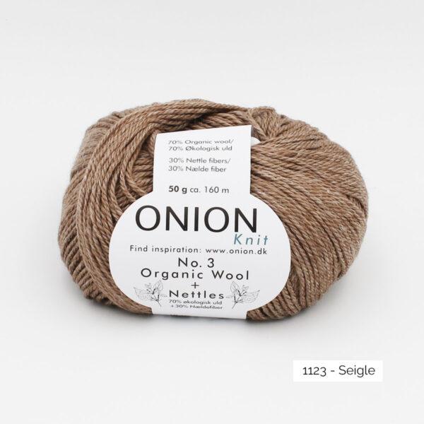 Une pelote d'Organic Wool + Nettles n°3 d'Onion coloris Seigle (brun chaud clair et nuancé)