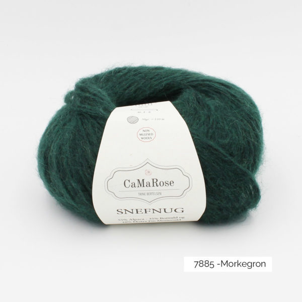 Une pelote de Snefnug de CaMaRose, coloris Morkegron (vert bouteille foncé)