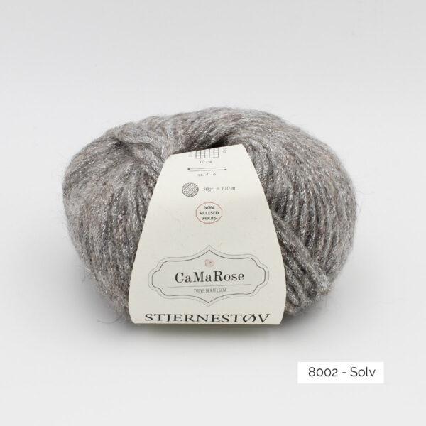 Une pelote de Stjernestov de CaMaRose coloris Solv (gris foncé avec paillettes argent)