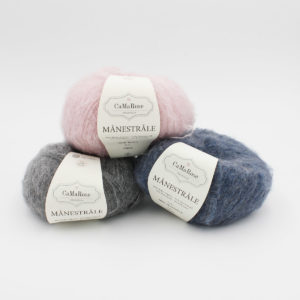 3 pelotes de Manestrale de CaMaRose, coloris rose clair, bleu jeans et gris moyen