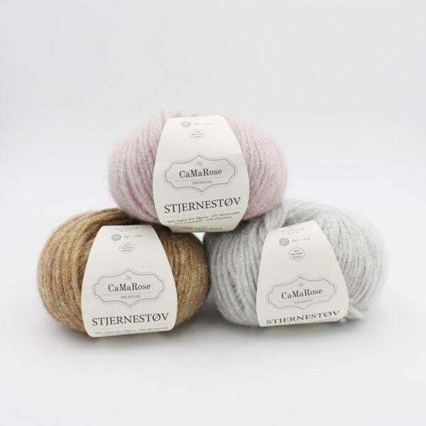 Trois pelotes de Stjernestov de CaMaRose de coloris Sart Rosa (rose pâle pailleté), Hvid (argent pailleté) et Gold (doré pailleté)