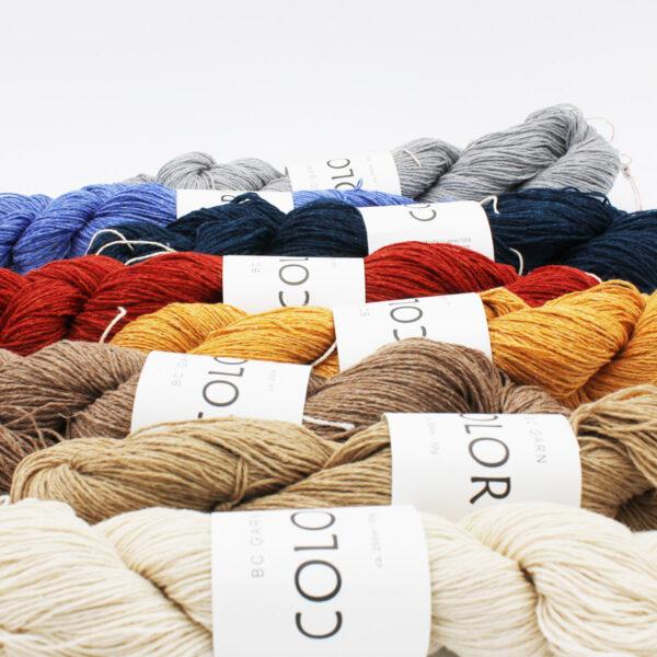 Gros plan sur une présentation de 8 écheveaux de Colori de BC Garn dans différentes couleurs