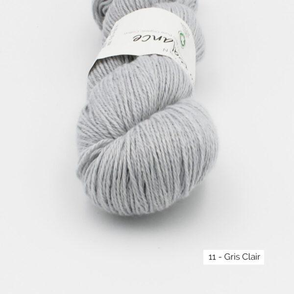 Gros plan sur un écheveau de Bio Balance de BC Garn coloris Gris Clair