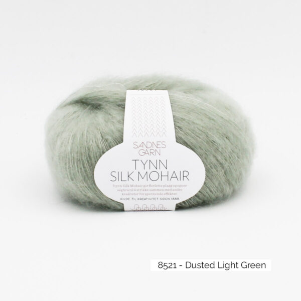 Pelote de Tynn Silk Mohair Sandnes Garn coloris Dusted Light Green sur fond blanc
