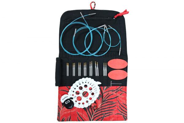 Présentation du kit d'aiguilles circulaires interchangeables Hiya Hiya Sharps, avec pointes, câbles, jauge à aiguille et grips de serrage dans une pochette en tissu rouge