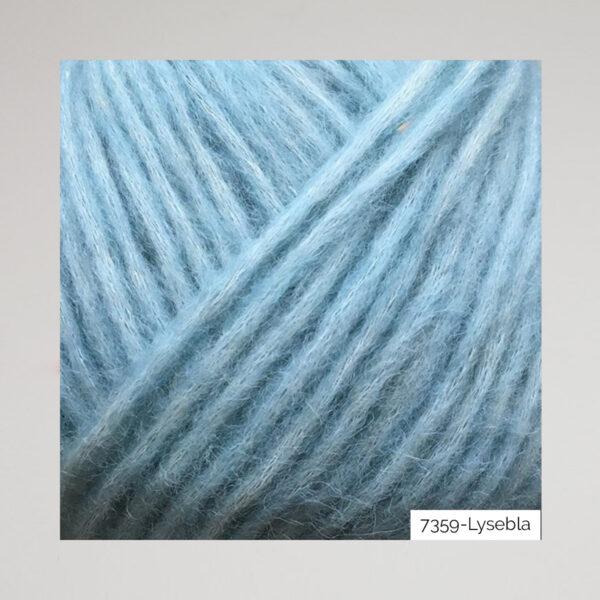 Gros plan sur une pelote de Snefnug de CaMaRose coloris Lyse Bla (bleu azur)