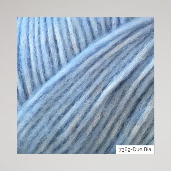 Gros plan sur une pelote de Snefnug de CaMaRose coloris Due Bla (mélange de bleu pervenche et violet)