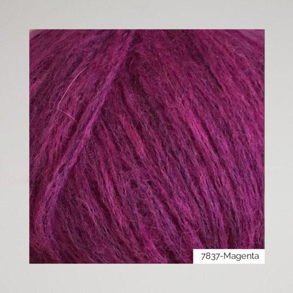 Gros plan sur une pelote de Snefnug de CaMaRose coloris Magenta (prune)