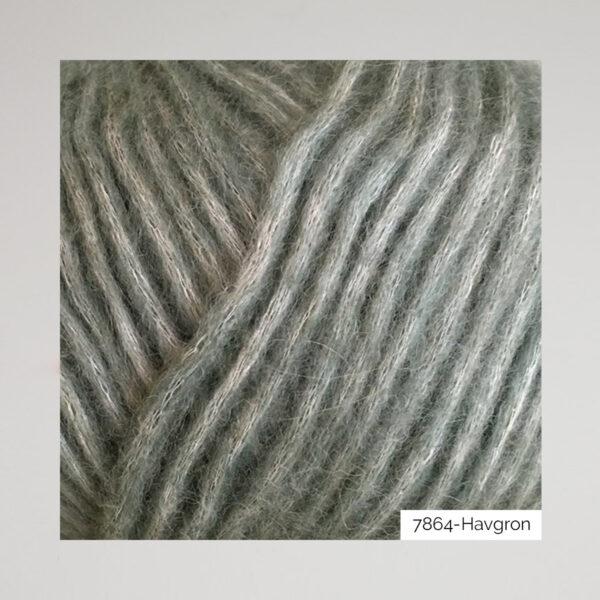 Gros plan sur une pelote de Snefnug de CaMaRose coloris Havgron (vert de gris)